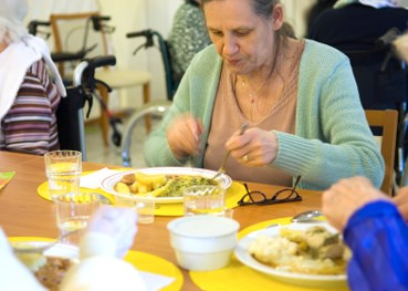 Having family members at meals does not improve nursing home residents' food intake, study shows