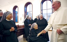 Pope visits nuns protesting ACA provision